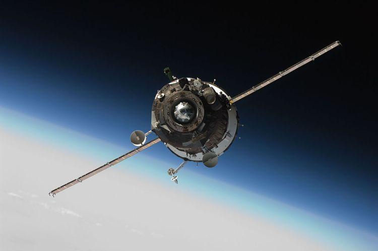 1024px-Soyuz_TMA-16_approaching_ISS